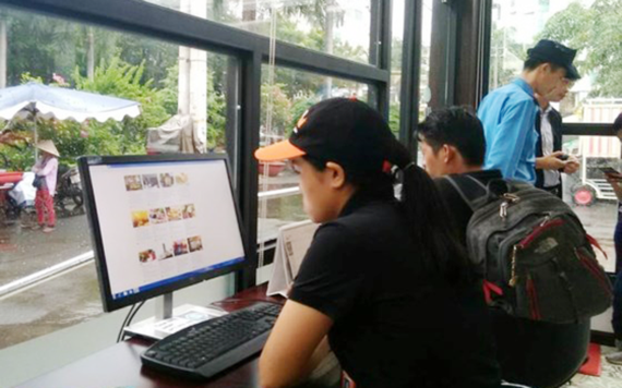 Travelers look for tourism information at the center.  (Photo: Sggp)