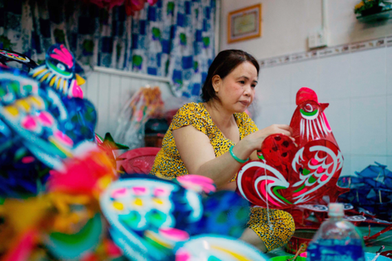 Ms. Dung's family can sell around 2,000 lanterns in a short time.