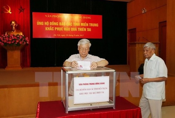 Party General Secretary Nguyen Phu Trong donates money to support victims of storm Doksuri. (Photo: VNA)