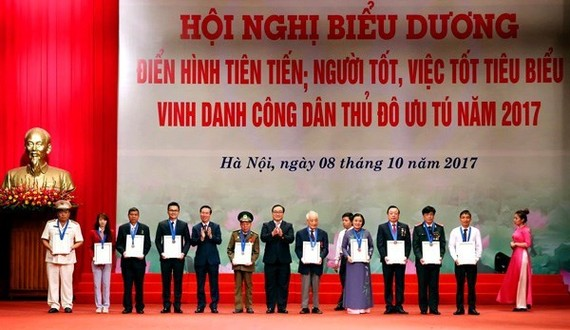 10 outstanding citizens of Hanoi capital city in 2017 are honoured at a meeting on October 8 (Photo: VNA)