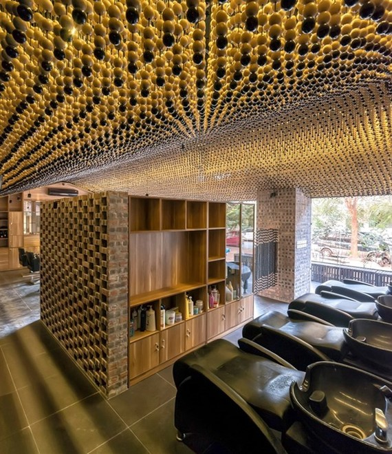 At Manh Manh Salon, the focus is the decorative ceiling made up about 200,000 wooden beads hanging at different lengths to produce an undulating curtain floating above – mimicking a pitched ceiling (Photo: VNA)