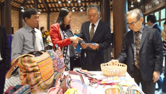 Traditional handicrfat products are displayed in the store. (Photo: Sggp)