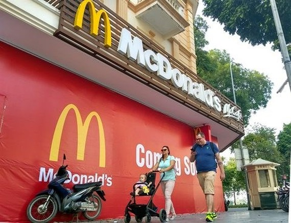 The building on No 2 Hang Bai Street, expected to be the location of the first McDonald's restaurant in Hanoi, with McDonald's signs being hung outside (Photo: VNA)