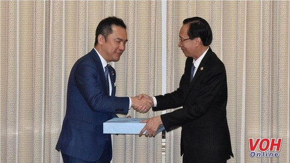 Vice Chairman of the HCM City People's Committee Le Thanh Liem (right) shakes hands with Governor of Mie Prefecture Suzuki Eikei (Photo: VOH)
