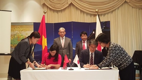 apanese Ambassador to Vietnam Umeda Kunio (right) signs a grant assistance contract with Ngo Thu Ha, principal of Hoang Van Thu elementary school in the northern province of Lang Son (Source: VNA)