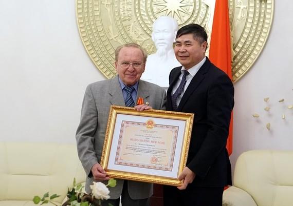 Vietnamese Ambassador to Germany Doan Xuan Hung (R) presents the Friendship Order to Hellmut Kapfenberger (Photo: VNA)