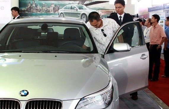 A visitor looks at a BMW model at an auto show in HCM City (Photo: VNA)