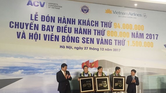Noi Bai International Airport held a welcoming ceremony on December 27 for its 94 millionth passenger of 2017. (Photo: Sggp)