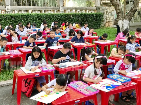 About a hundred elementary and middle school students participate in the painting contest. (Photo: hcmcpv.org.vn)