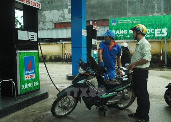 A motorcylist has his vehicle filled with E5 bio-fuel in Quang Ngai province (Photo VNA)