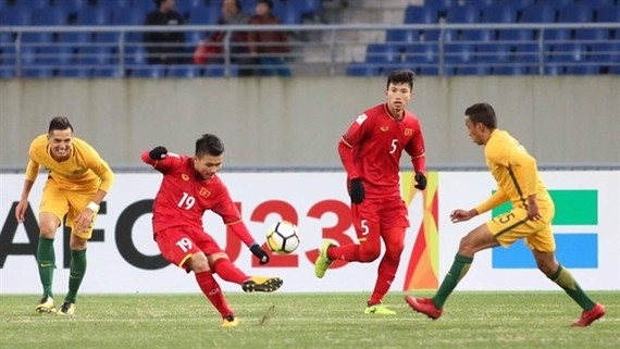Nguyen Quang Hai of Vietnam (second, left) kicks a ball during an Asian U23 Championship match between Vietnam and Australia in China on January 14 (Photo: VNA)