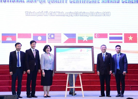The Ho Chi Minh University of Technology under the Vietnam National University, Ho Chi Minh City receives the institutional AUN-QA quality certificate on January 22 (Photo: VNA)