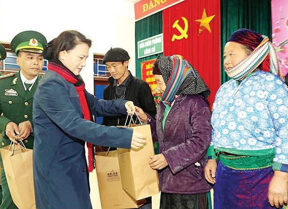 Chairwoman of National Assembly (NA) Nguyen Thi Kim Ngan presents Tet gifts to people in Lung Cu commune in Ha Giang Province. (Photo: Sggp)
