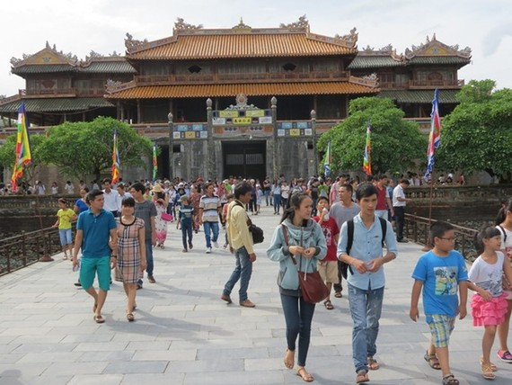 Tourists visit the Complex of Hue Monuments  (Photo: Sggp)