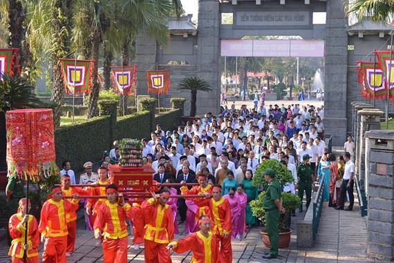 A delegation of high-ranking officials from Ho Chi Minh City attend a  ceremony offering Banh Tet (cylindrical glutinous rice cake) to Hung Kings. (Photo: Sggp)