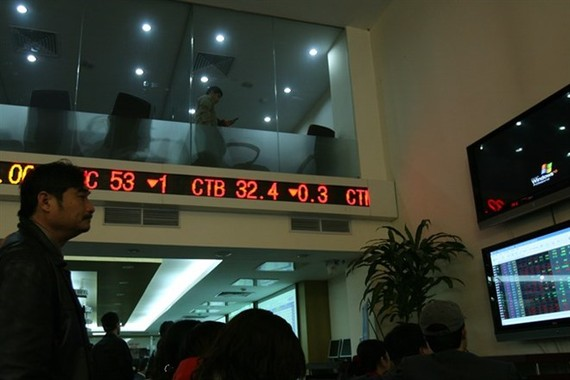 An investor follows transactions at Sai Gon Securities Inc (SSI) in Hanoi. (Photo: VNA)
