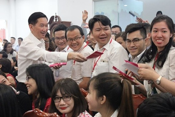 Deputy chairman of the municipal People's Committee Tran Vinh Tuyen sends Tet greetings to workers of Saigon Co-op. (Photo: Sggp)