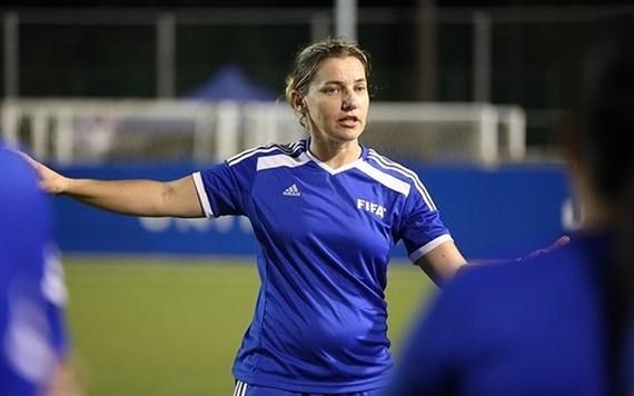 Belinda Wilson is in Vietnam to help developing women's youth football (Photo baomoi.com)