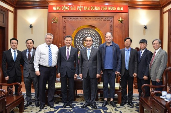 Secretary of the Ho Chi Minh municipal Party Committee Nguyen Thien Nhan greets representatives of FIDE. (Photo: Sggp)
