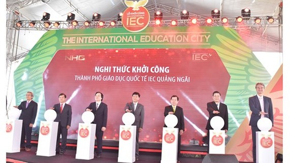 Minister of Education and Training Phung Xuan Nha (3rd, L) attends the groundbreaking ceremony. (Photo: Sggp)