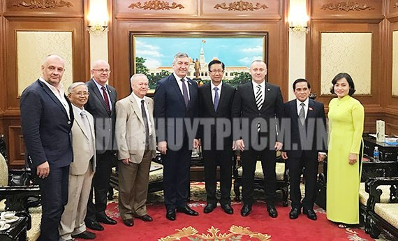 Vice Chairman of the People's Council of Ho Chi Minh City Pham Duc Hai (4th, R) receives a delegation of the Romania-Vietnam Friendship Parliamentary Group. (Photo: thanhuytphcm.vn)