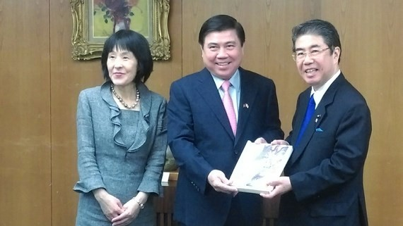 Chairman of Ho Chi Minh City People's Committee Nguyen Thanh Phong presents gifts to Hokkaido prefecture. (Photo: sggp)