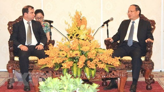 Standing Deputy Secretary of the Party Committee of Ho Chi Minh City Tat Thanh Cang on April 13 recives President of the Cuban Institute of Friendship with Peoples (ICAP) Fernando Gonzalez Llort. (Photo: Sggp)