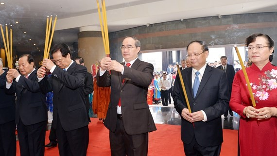 Party and State leaders offered incenses and flowers to commemorateHung Kings. (Photo: sggp)