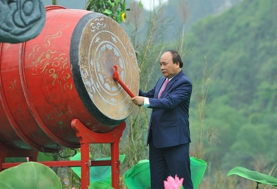 Prime Minister Nguyen Xuan Phuc beats a drum to kick of the Trang An Festival 2018 (Photo: VNA)