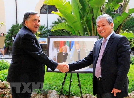Vietnamese Ambassador to Italy Cao Chinh Thien (R) and Mayor of Palermo Leoluca Orlando (Source:VNA)