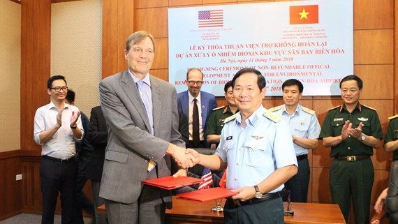 The US Agency for International Development (USAID) and the Vietnamese Defence Ministry sign an agreement on non-refundable aid on cleaning dioxin-contaminated soil at Bien Hoa Airport. (Photo: sggp)