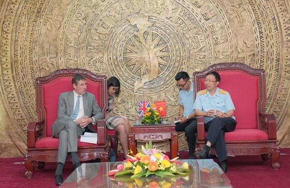 Director of the General Department of Vietnam Customs Nguyen Van Can (R) hosts UK Ambassador to Vietnam Giles Lever (Photo: VNA)