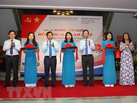 Head of the Party Central Committee's Commission for Communications and Education Vo Van Thuong attends the opening ceremony of the exhibition. (Photo: TTXVN)