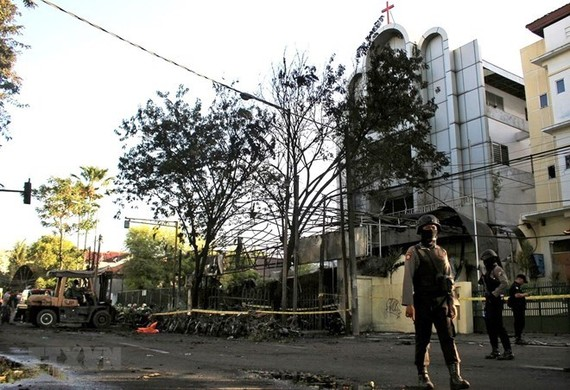 Indonesia police at the scene of the bomb attack in East Java on May 13 (Photo: VNA)