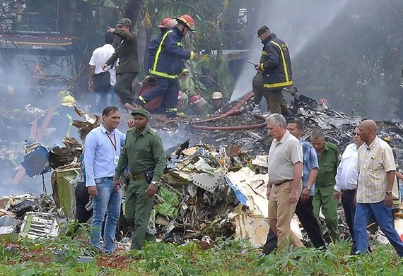 President of the Councils of State and Ministers of Cuba Miguel Mario Canel Bermudez (second, right, front) is at the scence of the plane crash to direct rescue work. (Photo: VNA)