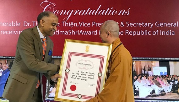 Indian Ambassador to Vietnam Parvathaneni Harish (L) presents Padma Shri award to Most Venerable Thich Duc Thien (Source: Vietnamnet.vn)