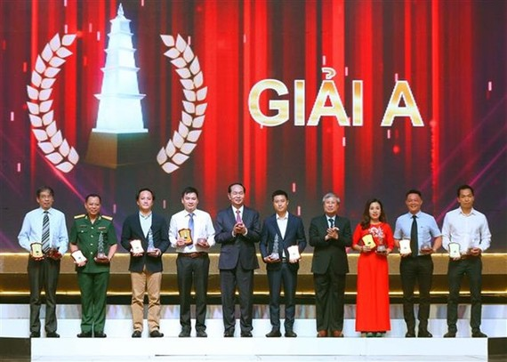 President Tran Dai Quang (fifth from left) and winners of prize A (Photo: VNA)
