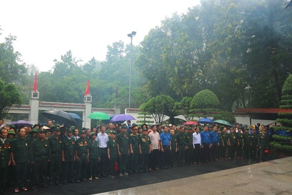 War veterans offer incense and flowers at Dong Loc T- Junction historical site. (Photo: Sggp)