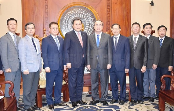 Secretary of the HCM City Party Committee Nguyen Thien Nhan received Vice Chairman of the Lotte Group Hwang Kag-gyu.  (Photo: HCMCPV. ORG.VN)