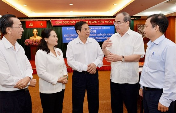 Headof the PartyCentralCommittee'sOrganization Commission Pham Minh Chinh (c )and Secretaryof the HCM City Party CommitteeNguyen Thien Nhan at the conference (2nd, R) (Photo: Sggp)