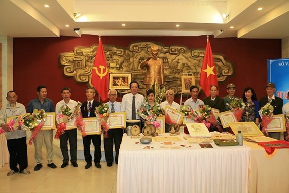 The provincial Department of Culture, Sport and Tourism presents certificates of merit to three groups and 12 individuals for their donation of valuable items. (Photo: Sggp)