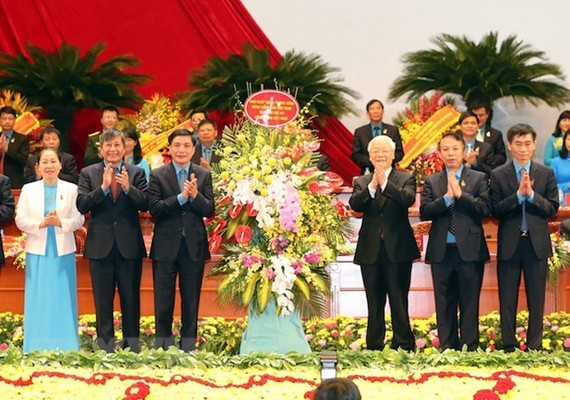 General Secretary of the CPV Central Committee Nguyen Phu Trong gives flowers to the Congress (Source: VNA)
