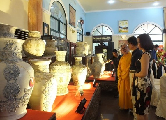An exhibition on ceramic vase set of artisan Pham Van Tuyen - Venerable Thich Chanh Tinh (Photo: anhp.vn)