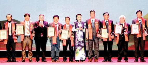 National Assembly (NA) Chairwoman, Nguyen Thi Kim Ngan presents awards to outstanding farmers. (Photo: Sggp)