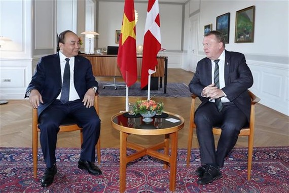 Prime Minister Nguyen Xuan Phuc holds talks with his Danish counterpart Lars Lokke Rasmussen on October 20 (local time). (Photo: VNA)