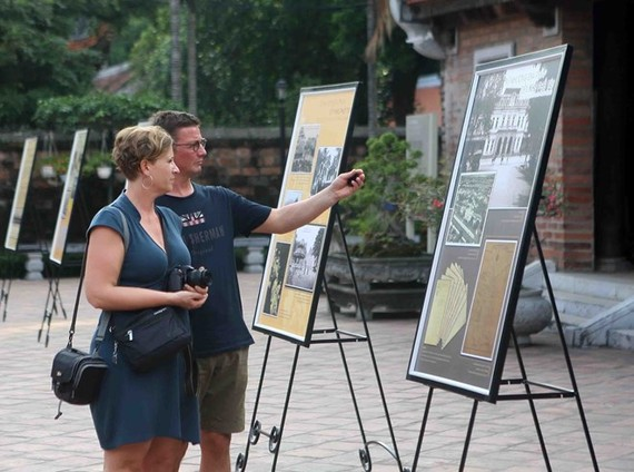 Foreign visitors to an exhibition at the Temple of Literature in Hanoi (Photo: VNA)