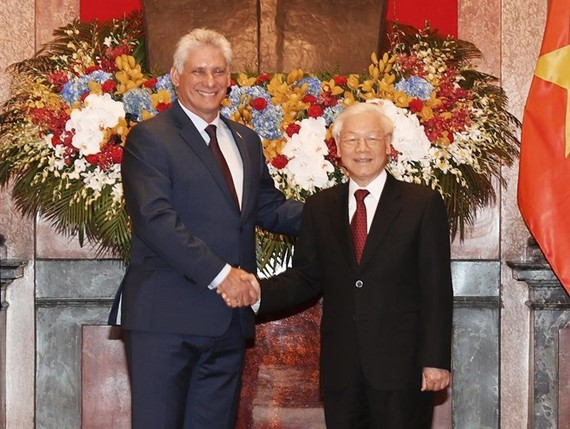 Party General Secretary and President Nguyen Phu Trong (R) and President of the Council of State and Council of Ministers of Cuba Miguel Mario Diaz-Canel Bermudez (Photo: VNA)