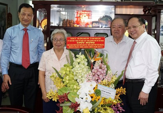 A delegation of Ho Chi Minh City leaders led by Deputy Secretary of the Ho Chi Minh City Party Committee Tat Thanh Cang visits Associate Professor Dr. Huynh Van Hoang. (Photo: Sggp)