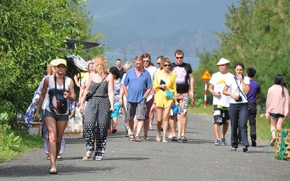 Int'l tourist arrivals to VN increase 21.3 percent in 11 months