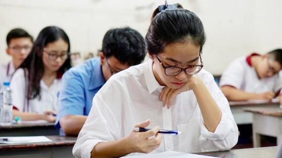 Thí sinh làm bài thi môn Ngữ văn tại điểm thi Trưng Vương. Ảnh: HOÀNG HÙNG